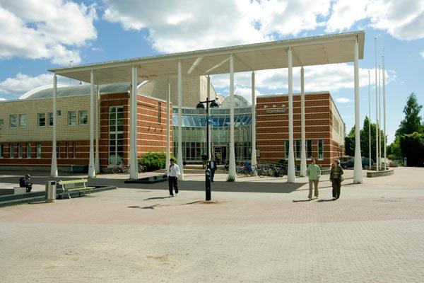 Malmin kirjasto kesällä 2009