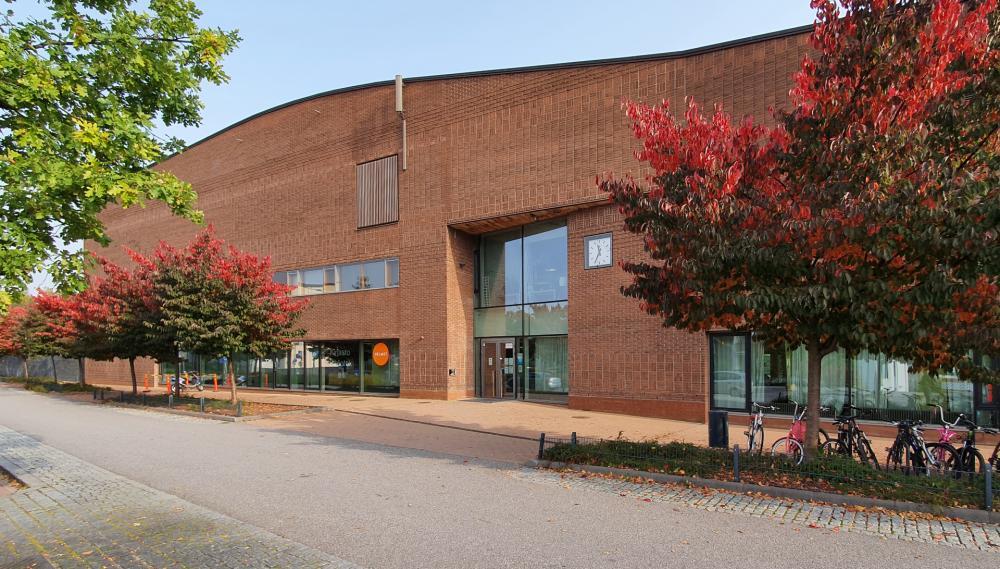 Saunalahden kirjasto kadulta päin syksyllä