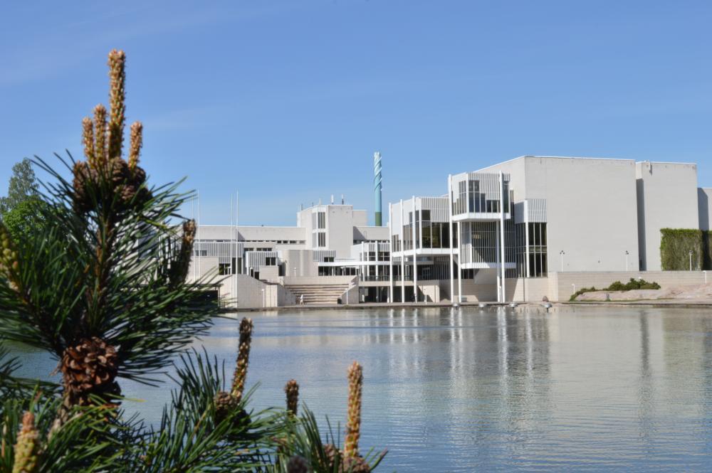 Tapiolan kirjasto ja kulttuurikeskus ulkoa altaan takaa