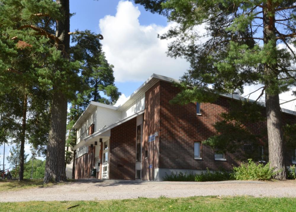 Nöykkiön kirjaston sisäänkäynti kesällä