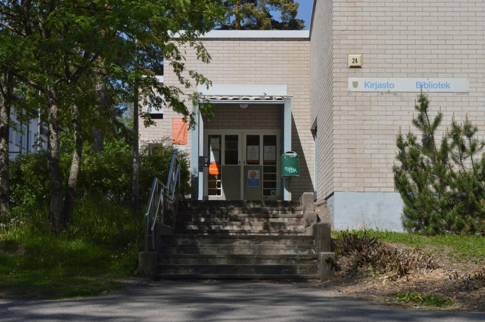 Laaksolahden kirjaston sisäänkäynti kesällä